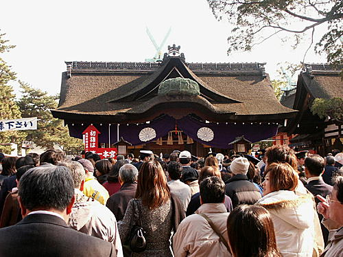 thousands of people flocking into Sumiyoshi Taisha Shrine in Osaka
