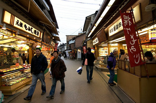 Miyajima food street has a kaleidoscope of shops selling delicious fish cakes, Momiji manju(Maple leaf shaped pastries with filling) and others.