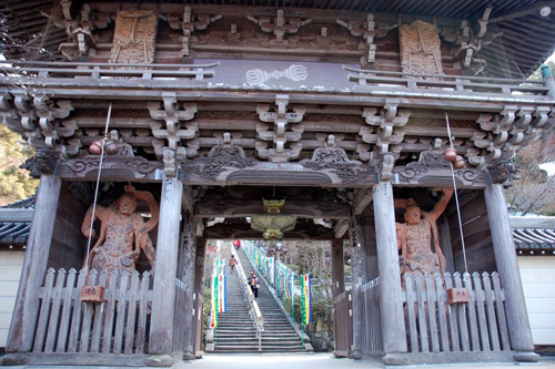 the entrance of Daishoin Temple is like a portal to the ancient Japan