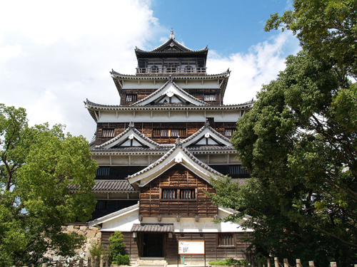 The rebuilt Hiroshima castle still bears the magnificence like in the 15th century